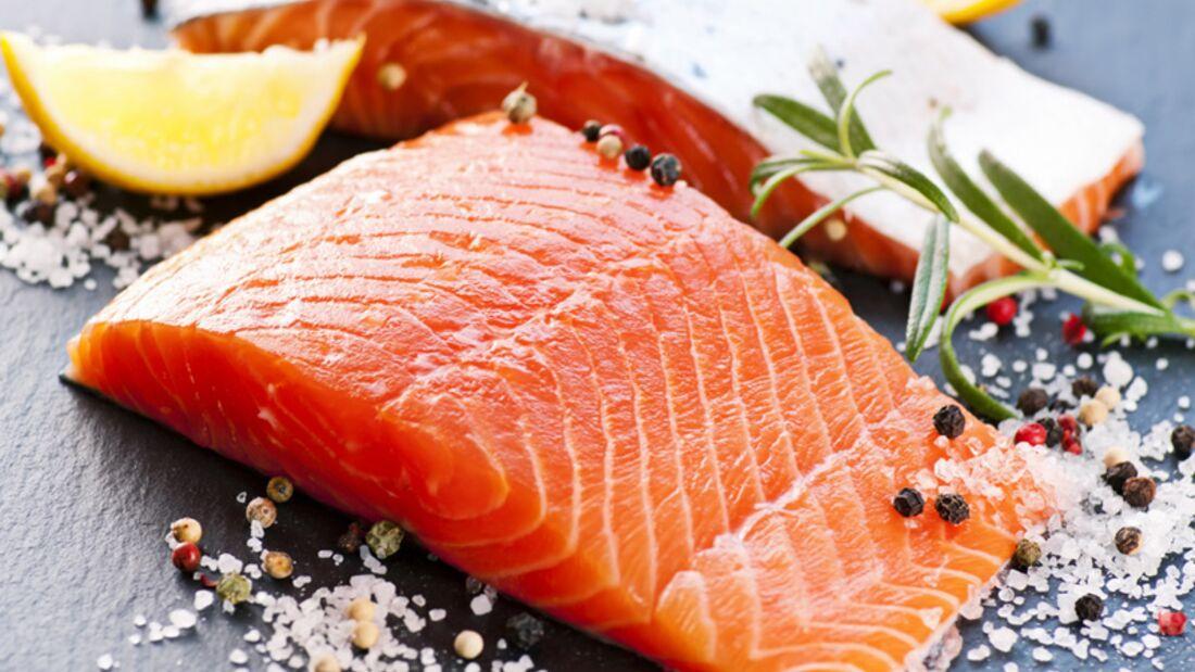 1 Portion Lachs (150 Gramm) enthält 3,3 Milligramm Vitamin E und deckt damit ein Drittel Ihres Tagesbedarfs