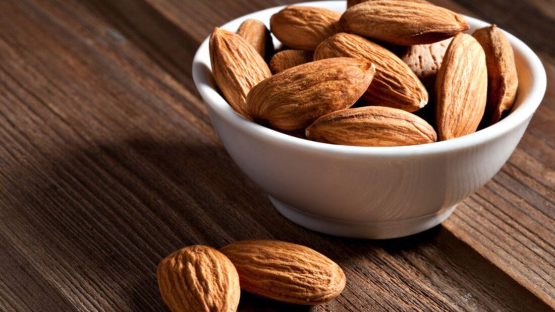 1 Portion Mandeln (40 Gramm) enthalten satte 10,4 Milligramm Vitamin E und decken damit Ihren gesamten Tagesbedarfs an Vitamin E