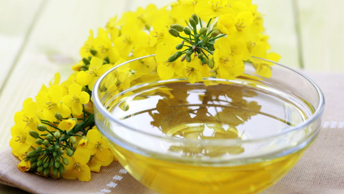 100 Milliliter Rapsöl enthalten satte 23 Milligramm Vitamin E. Ein Esslöffel liefert immerhin noch 2,8 Milligramm.