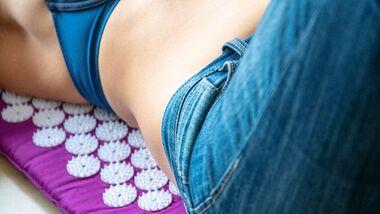 Akupressurmatten sollen entspannen, Stress reduzieren und bei Rückenproblemen helfen