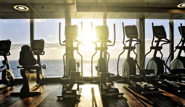 An den Crosstrainern huschen Sie immer schnell vorbei? Halt! Das Fitnessgerät kann mehr als Sie nur auf Betreibstemperatur bringen!