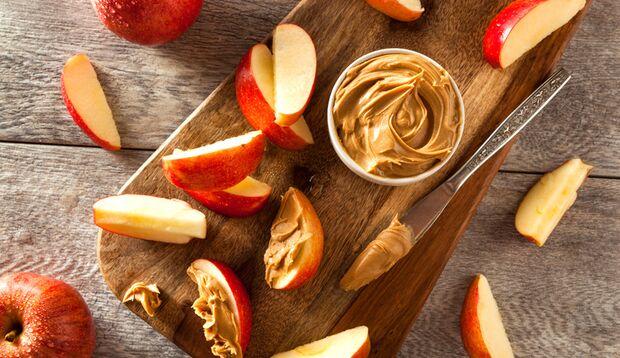 Apfel in Spalten schneiden und ins Erdnussmus dippen – lecker!