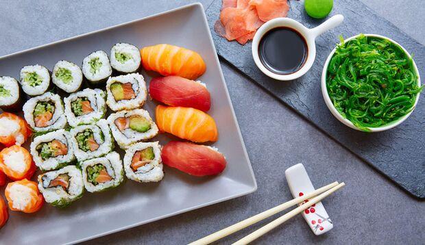 Auf eine Sushi Platte gehören Maki, Nigiri und Sashimi