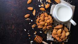 Aus nur drei Zutaten können Sie Mandelmilch selbermachen