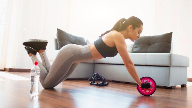 Bauchtraining mal anders: Beim Training mit dem Bauchroller rollst du dich zum flachen Bauch