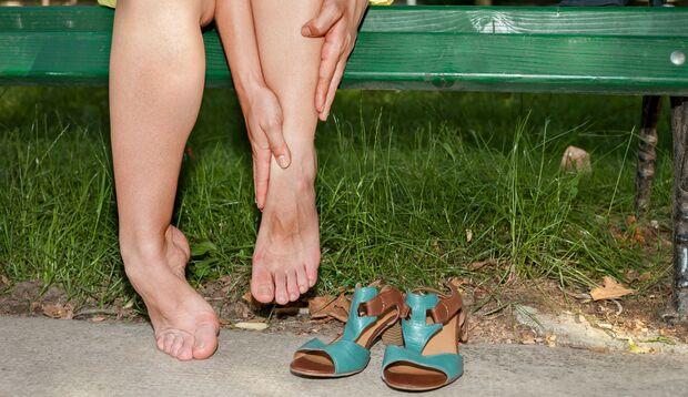 Bei Hitze leiden vielen Frauen unter Wassereinlagerungen in den Beinen und den Füßen