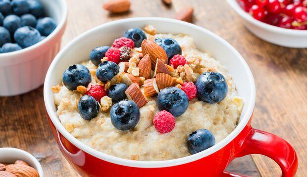 Calciumreiche Rezepte: Porridge mit Beeren und Mandeln