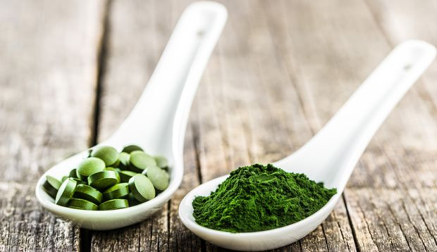 Chlorella gibt es in Tabletten- und in Pulverform
