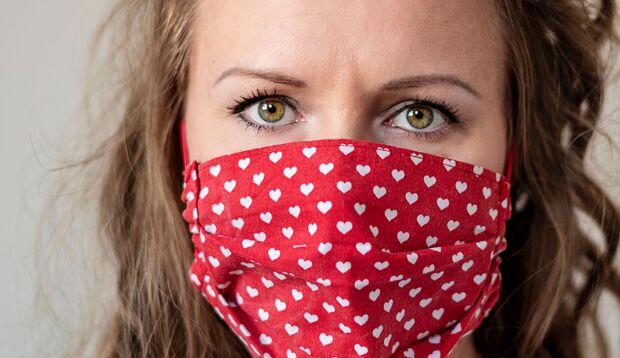 DIY-Masken aus buntem Baumwollstoff avancieren zu einem modischen Accessoire