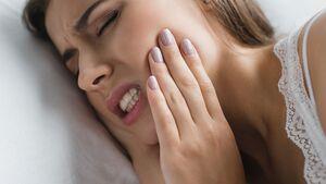 Dein Kiefer tut weh? Könnte sein, dass du nachts mit den Zähnen knirschst