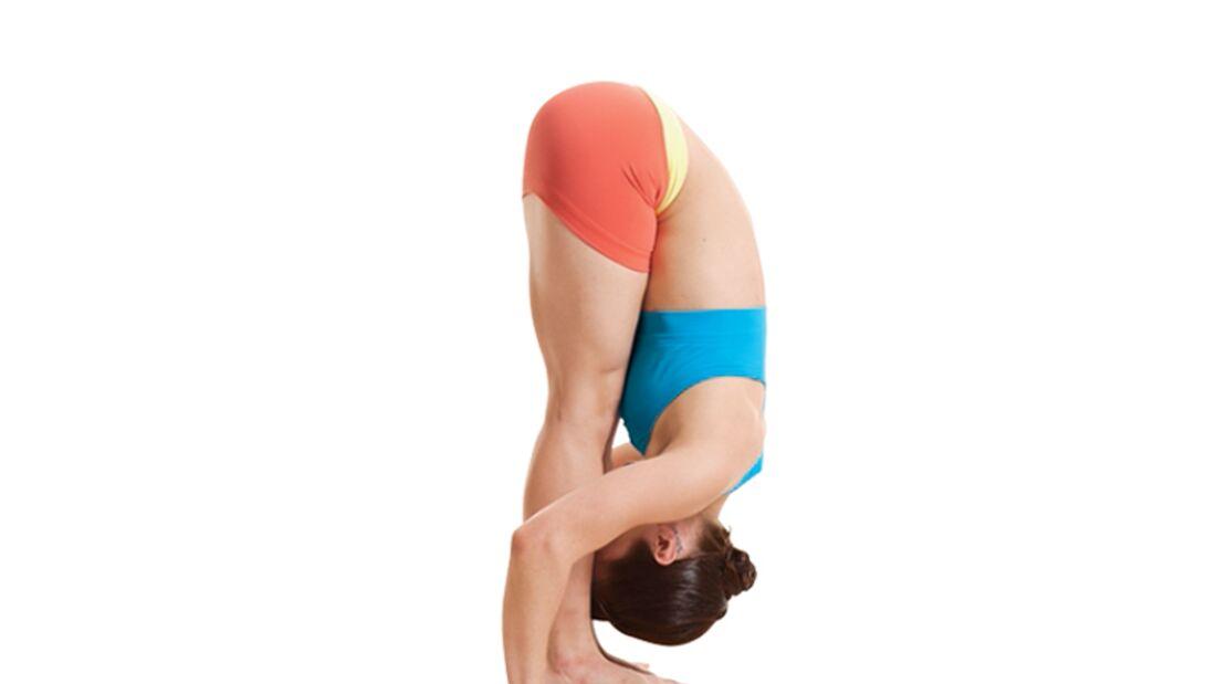 Den Körper entgiften beim Yoga: Vorbeuge im Stehen
