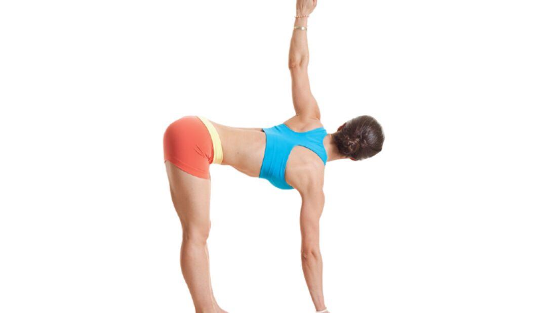 Den Körper entgiften beim Yoga: Vorbeuge im Stehen mit Drehung