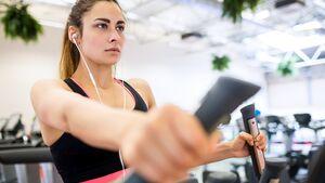 Der Crosstrainer ist ein echter Cardio-Klassiker und ermöglicht gelenkschonendes Ausdauertraining.