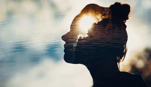 Der Umriss eines Gesichts einer Frau im Profil, die in den Himmel schaut. In ihrem Kopf Sonne und Wolken