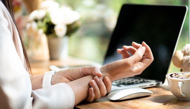 Die Arbeit am Computer kann eine Sehnenscheidenentzündung auslösen
