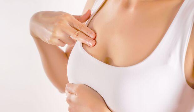 Die Brust regelmäßig abzutasten ist die besten Brustkrebsvorsorge