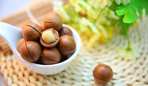Die Macadamia schmeckt buttrig zart