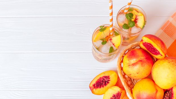 Die Pfirsiche sowie der Pfirsichlikör sorgen bei der Sangria für einen fruchtigen Geschmack