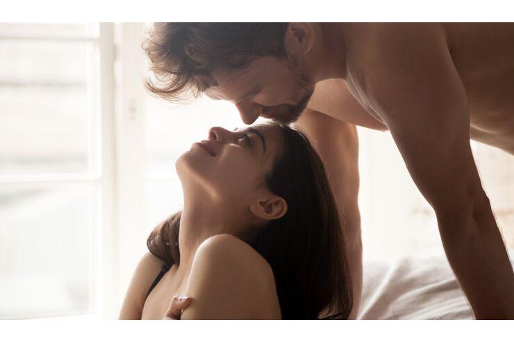 die bilder zeigen verschiedenen sex stellungen