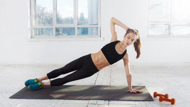 Die seitliche Planke stärkt die Schultern und schult die Körperspannung.