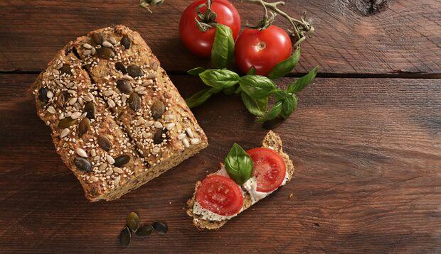 Dieses Low-Carb-Brot enthält kein Getreide, dafür viele Nüsse, Kerne und Samen