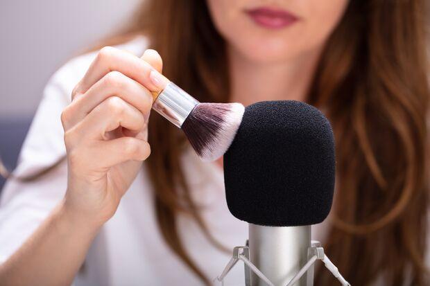 Durch akustische- und visuelle Trigger, wie das Bürsten eines Mikrofons, soll ein wohliges Gefühl ausgelöst werden.