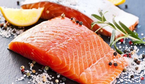 Durch den hohen Gehalt an Omega-3-Fettsäuren ist Lachs leicht cremig