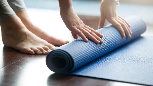 EIne Fitness-Matte ist hilfreich für Bodyweight-Übungen und schont die Wohnungseinrichtung