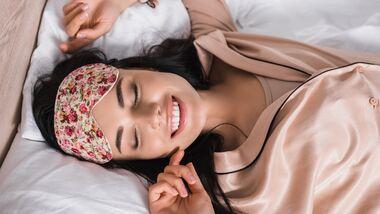 Ein Schlafmaske sorgt für guten Schlaf dank der Ausschüttung des Schlafhormons Melatonin.