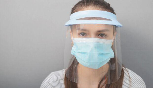 Ein Visier allein, ohne Mund-Nasen-Schutzmaske, schützt ein Visier nicht optimal vor Coronaviren