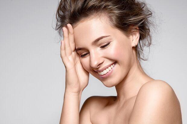 Ein ebenmäßiges Hautbild lässt unser Gesicht strahlen
