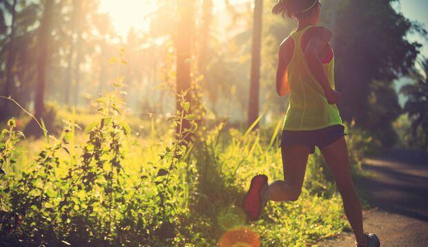 Eine Frau läuft duch den Wald