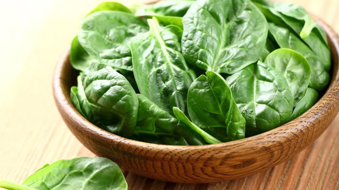 Eine Portion (150 Gramm) Spinat enthält 102 Milligramm Vitamin C