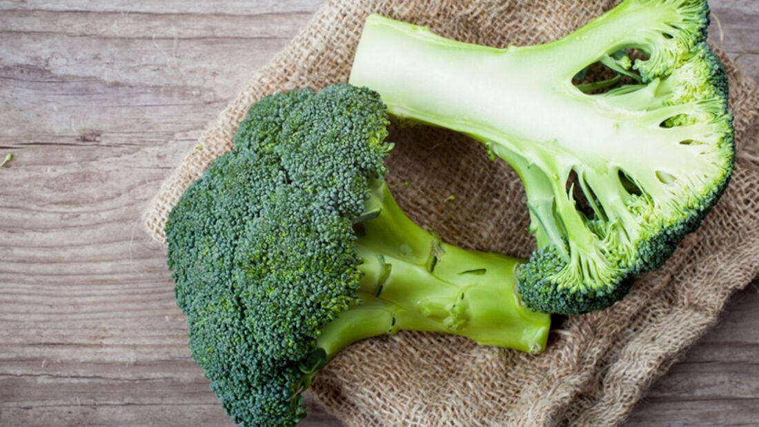 Eine Portion Brokkoli (200 Gramm) liefert 180 Mikrogramm Folsäure