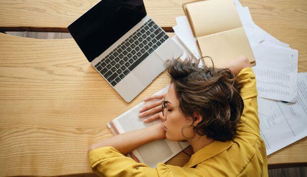 Eine Schilddrüsenfehlfunktion macht sich unter anderen durch ständige Müdigkeit bemerkbar.