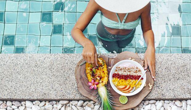 Eine ausgehöhlte Ananas eignet sich perfekt als Schüssel