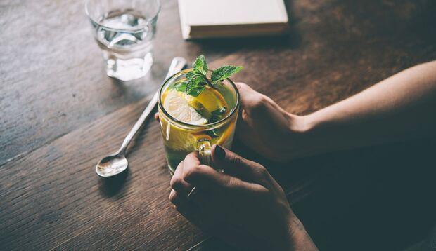 Eine heiße Zitrone mit frischer Minze ist ein klasse Appetitzügler