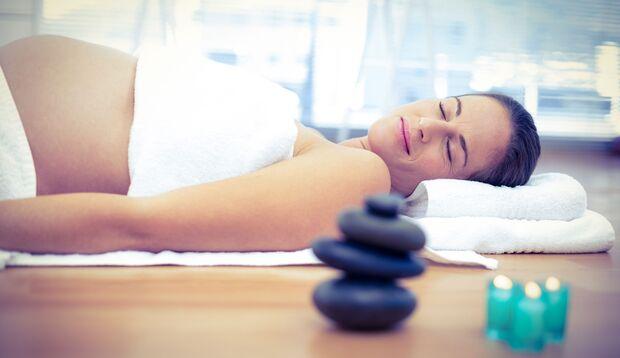 Entspannungsübungen und Schwangerenyoga kann helfen, Ängste in der Schwangerschaft zu überwinden.