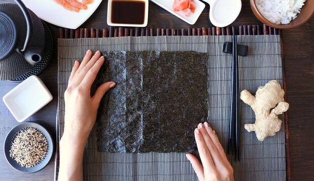 Erster Schritt fürs Sushi ist das Noriblatt