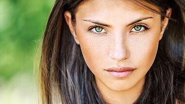Farbige Kontaktlinsen richtig tragen