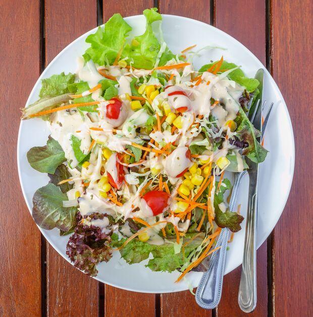 Fertig-Dressing verwandelt Ihren Salat in eine Kalorienbombe