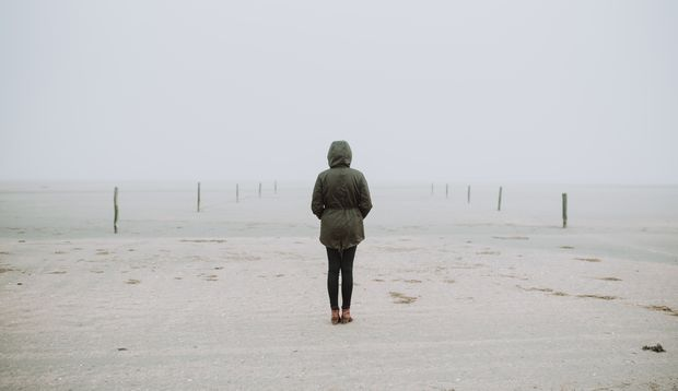 Frau alleine im Nebel
