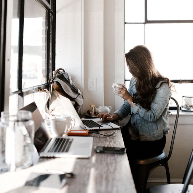 Frau arbeitet in Café