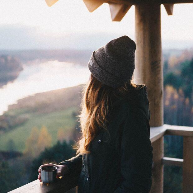 Frau auf Aussichtspunkt