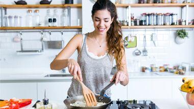 Frau bereitet einfaches Mittagessen zu