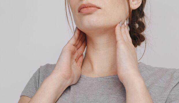 Frau hat Nackenschmerzen