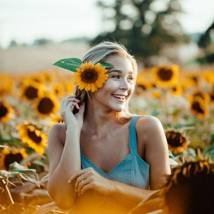Frau in Sonnenblumenfeld