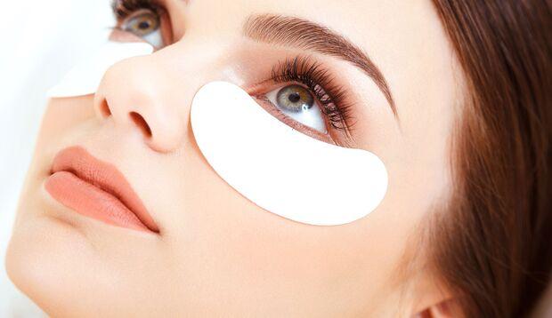 Frau mit Augenpads für die Augenpflege