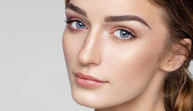 Frau mit strahlenden Augen