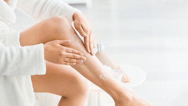 Frau peilt ihre Beine